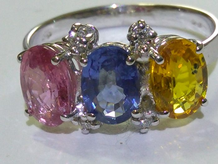18 kt gold. ring with sapphires and natural diamonds, 3.11 ct in total. (no reserve price)