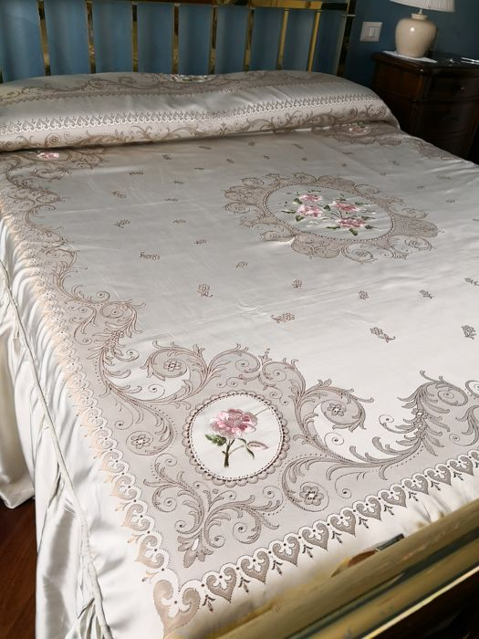 Large bedspread in damask fabric Satin Dimensions: 270 x 260