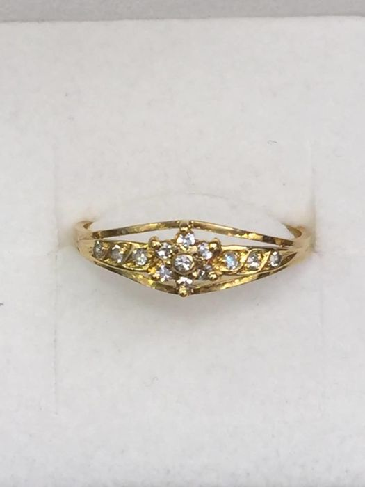 19.2 kt gold ring with diamonds, size 17