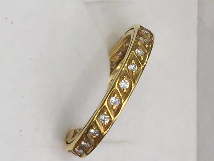 19.2 kt gold ring with diamonds around the loop