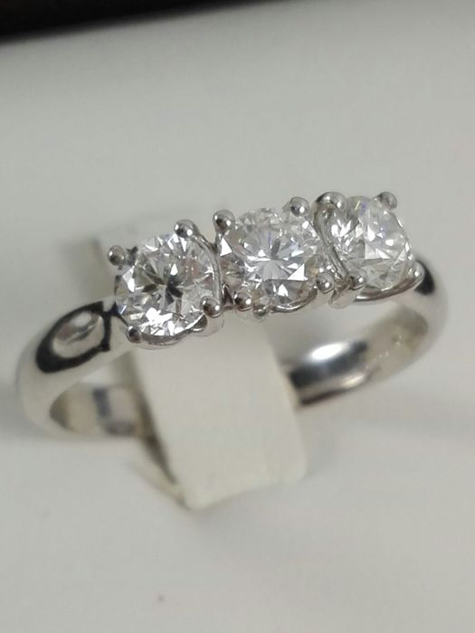Women's trilogy ring in 18 kt white gold with natural diamonds totalling 0.83 ct Size 14 IT.