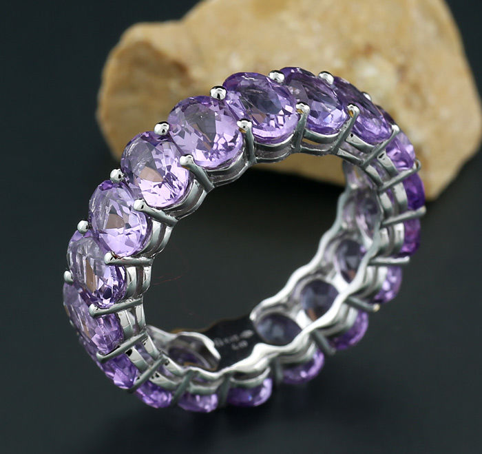 Eternity ring / memory ring with amethysts totalling 6.40 ct - 750 / 18 kt white gold