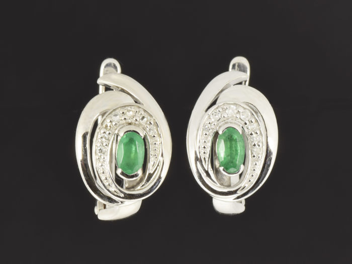 Earrings in 14 kt gold. Emerald weighing 0.58 ct. Diamond weighing 0.07 ct. 16 x 10 x 15 mm