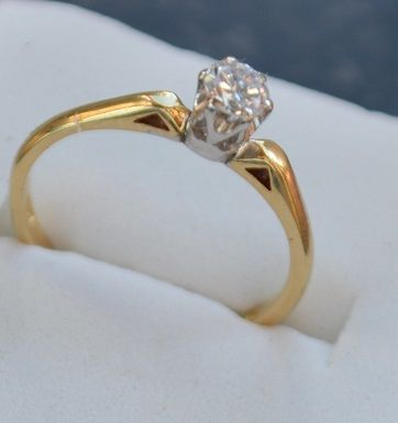 18 kt gold ring with a 0.27 ct solitaire; ring size 16 mm