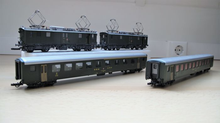 Roco H0 - 43024 - Train set - Train set with E-locomotive, baggage transport car and passenger cars - SBB-CFF