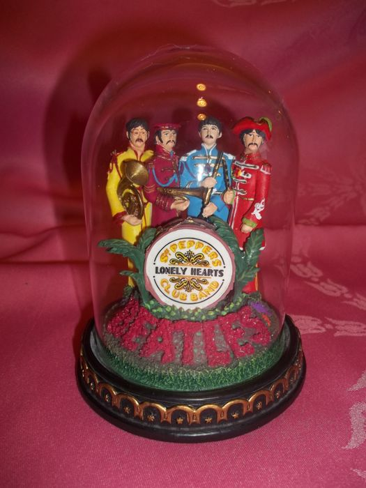 "The Beatles - ""Sgt Pepper's Lonely Hearts Club Band"" Sculpture with glass dome - Very good condition."
