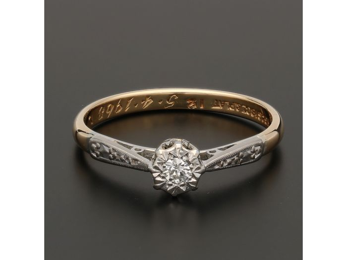 18 kt - Yellow gold solitaire ring set with a diamond of approx. 0.06 ct in a platinum setting - Ring size: 17.25 mm - No reserve