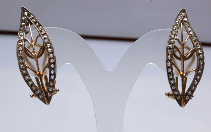 Antique style leaf-shaped earrings in 14 kt yellow gold with diamonds - Earrings dimensions: 3.8 x 1 cm