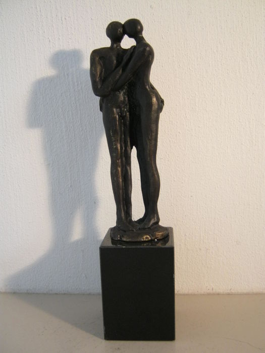 Gern van Tankeren - signed sculpture on a marble pedestal