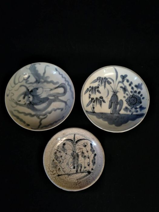 3 blue and white porcelain plates decorated with dragon and flowers, China, 19th century
