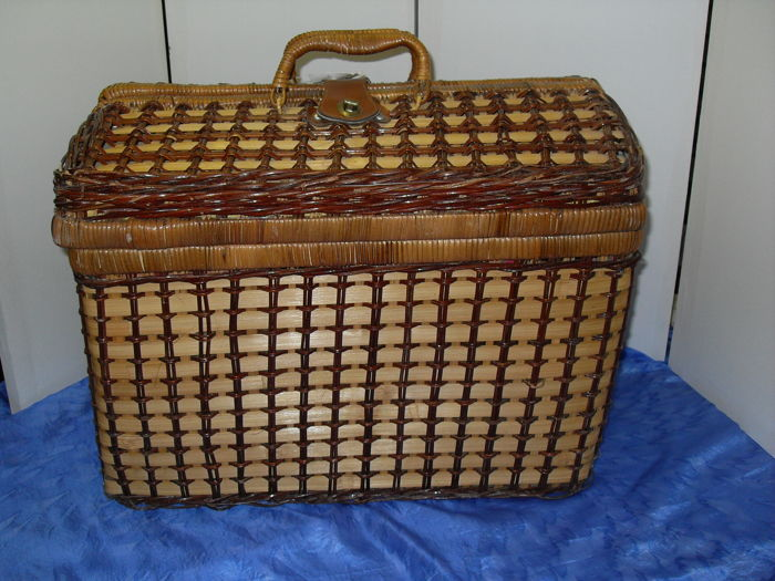 Nostalgic wicker picnic basket for 4 people.