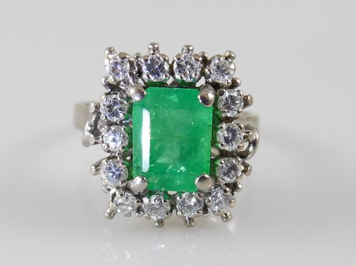 18 kt white gold entourage ring with emerald and 14 brilliant cut diamonds - ring size 56 (17.75 mm)