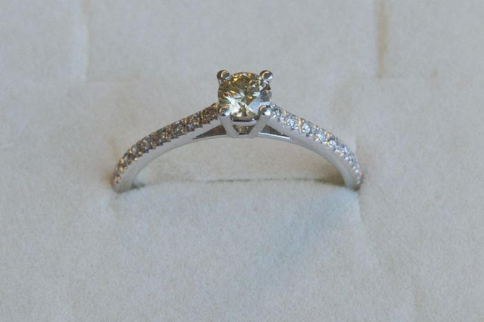 18 kt gold ring with diamonds - size 17 *** No reserve ***