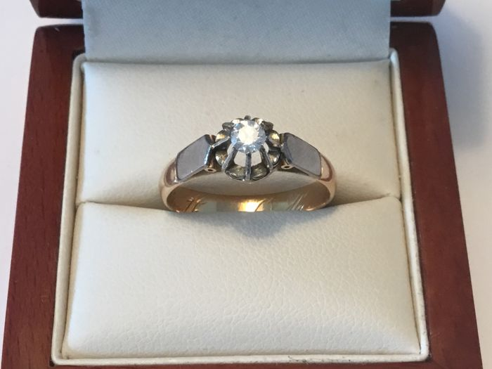 18 kt yellow gold solitaire ring with a 950 platinum setting ring with an IGI certified 0.20 ct brilliant cut diamond, F/SI2. Ring size 19.00 mm