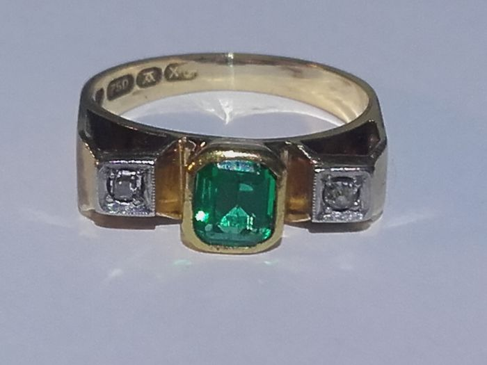 18k gold ring ( year 1951 ) with 0,5 ct emerald and 2 diamands, size: 4,7grams / 17.00mm***no reserve