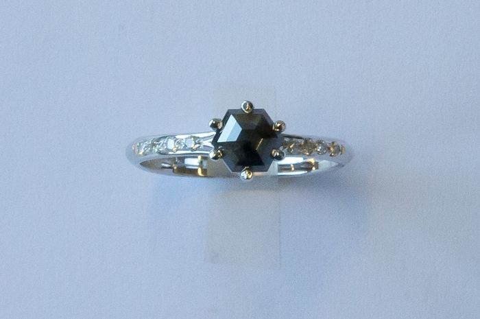 18 kt gold ring with black diamond of 0.78 ct and diamonds on the sides of 0.11 ct
