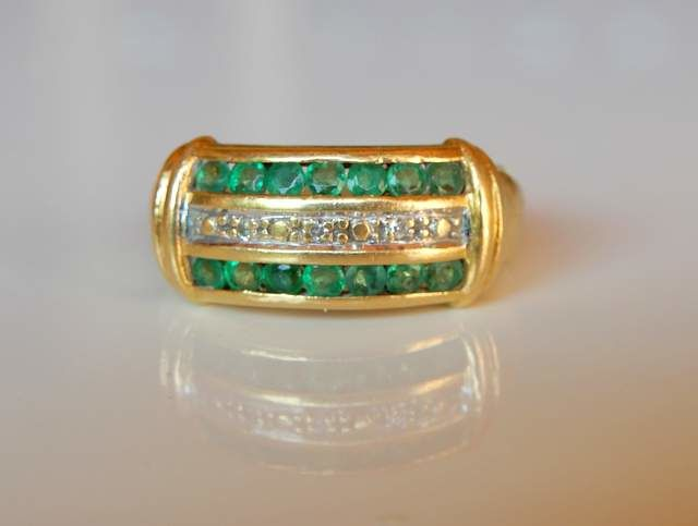Ring in 18 kt yellow gold with calibrated emeralds and small diamonds NO RESERVE