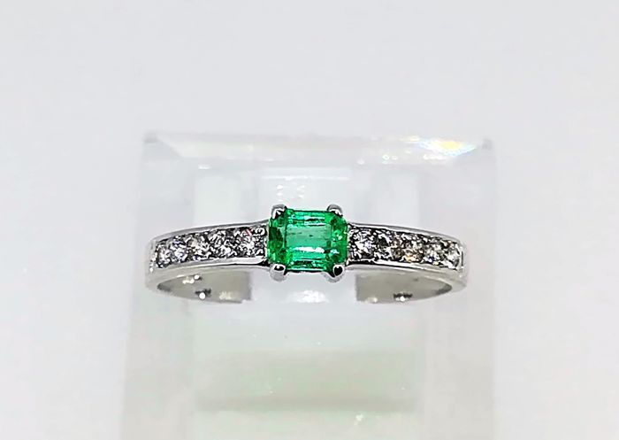 No reserve White gold ring 1.6 g 18 kt, emerald and diamonds 0.65 ct G VS, size 14