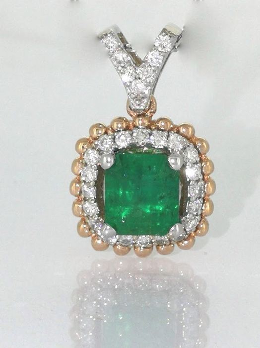 Diamond pendant with a green emerald 0.75ct and 27 diamonds total 0.25 ct ***No reserveprijs****