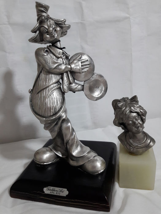Lot of 2x items: a vintage clown statuette in silver 800 and a pewter bust of a sleeping little girl on an onyx base
