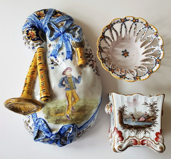 Quimper - 3 tinglazed Faience pieces - Bagpipe-shaped wall bouquetiere and 2 dishes