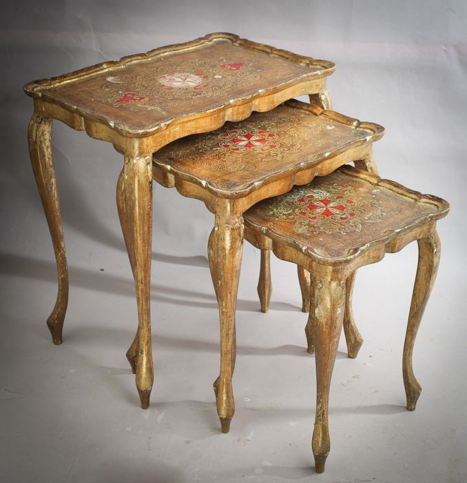 Beautiful set of three nesting tables in Florentine style, gold and red