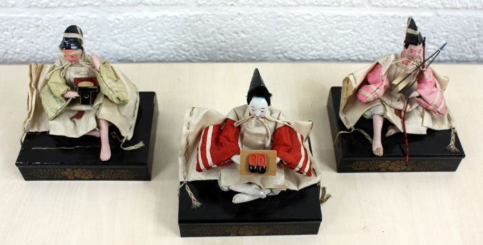 Three antique wooden figurines puppets on a wooden base - Japan - 1st half 20th century