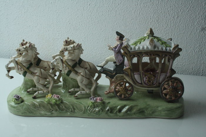 Porcelain group - Diligence coach with four team of horses - in 18th century Versailles style - 2nd half of 20th century