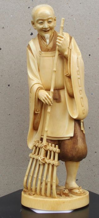 Ivory Okimono depicting a Jo 尉 with his bamboo rake - signed 'Kodo' 光堂 - Japan -  Meiji Period (1869-1912)