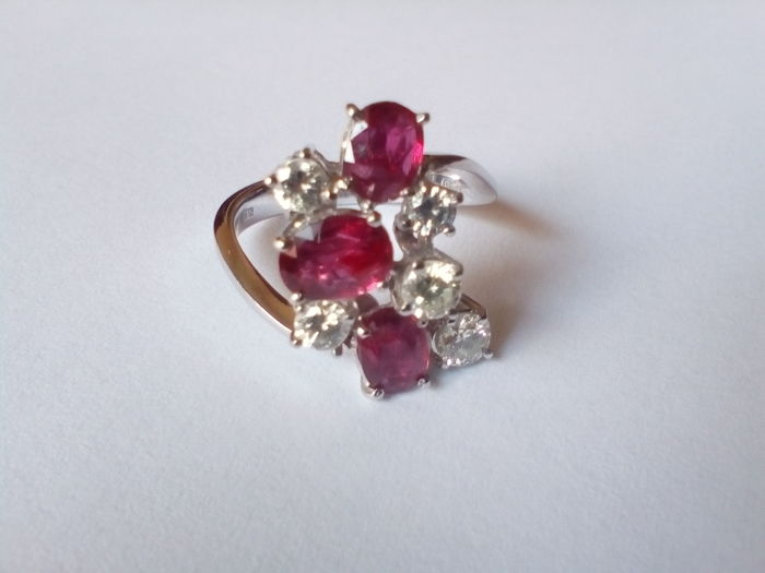 White gold ring (750‰) with rubies and diamonds, size 17