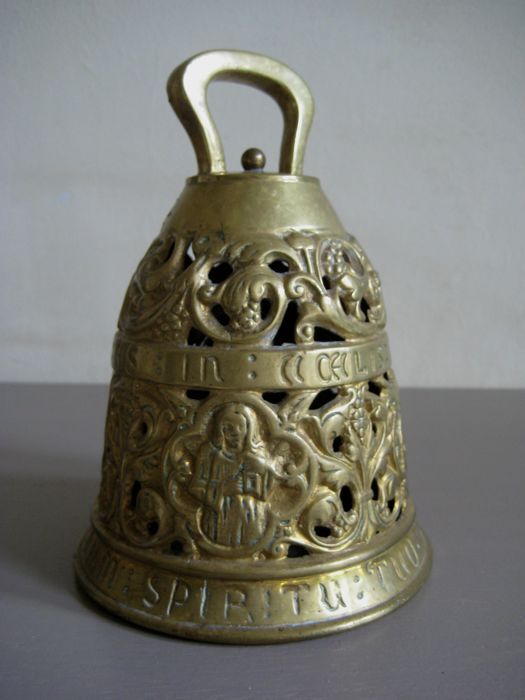 Large brass loud or hand-bell with Latin texts around - Large hand bell made of copper with Latin text around