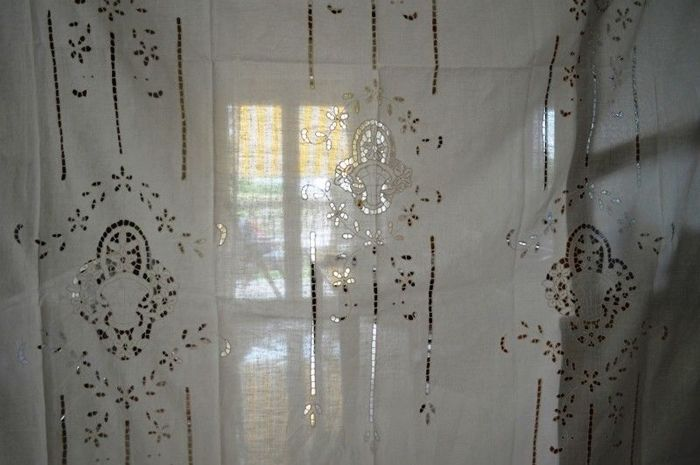 Wonderful curtain in pure linen with cutwork embroidery and handmade flowers and baskets Light ecru