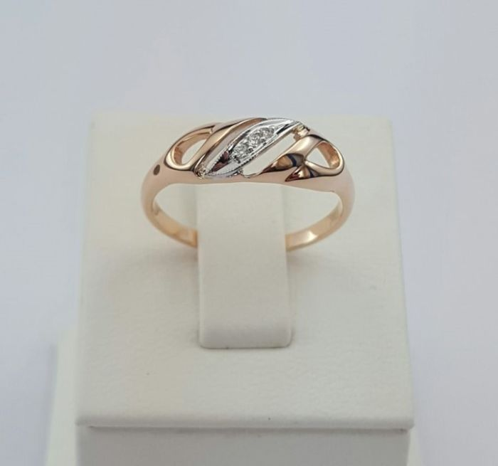 14k Red Gold Ring with Brilliant Cut Diamonds. Ring size: 17mm
