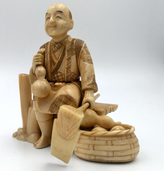 Ivory okimono - 'Farmer with hoe' - Japan - late 19th century (Meiji period)