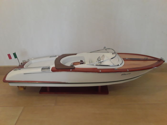 Beautiful Riva model with white and brown interior and white hull, 90 cm