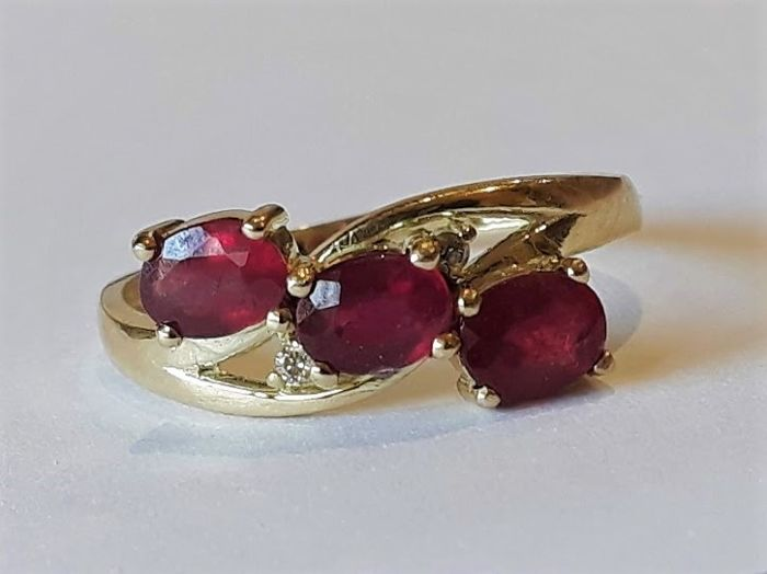 *** No Reserve Price*** New Ring - Trilogy of Rubies with 2 Diamonds - 14 kt Gold - Made in Spain - 18 mm in diameter