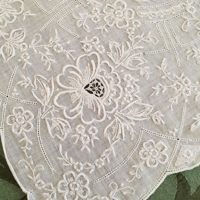 Preciousness for collectors - unique and entirely hand embroidered organza linen handkerchief - Italy - c. 1900/1920