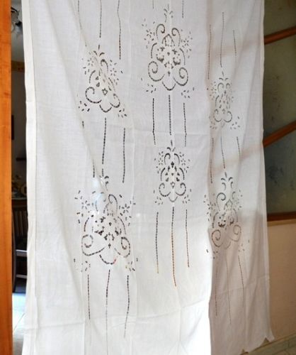 Wonderful curtain in pure linen with cutwork embroidery and handmade flowers
