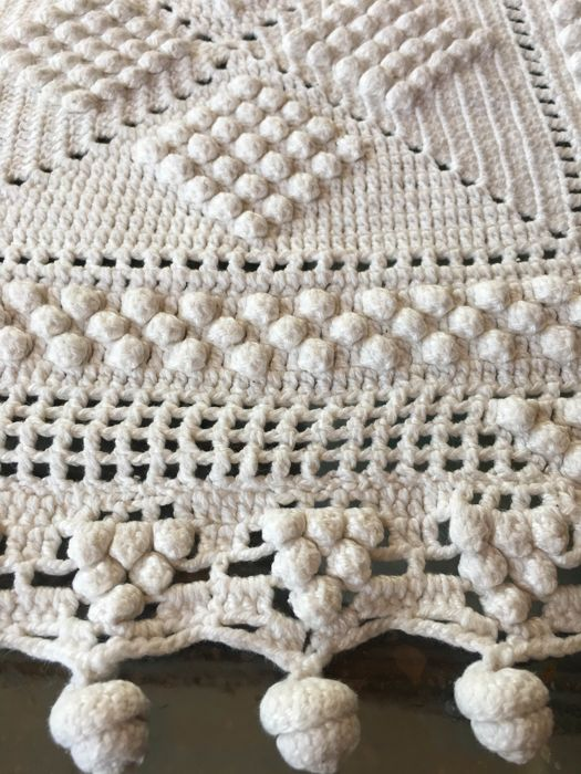 Crochet bedspread - Pearl cotton - With work of bunches and fringes - Outstanding work