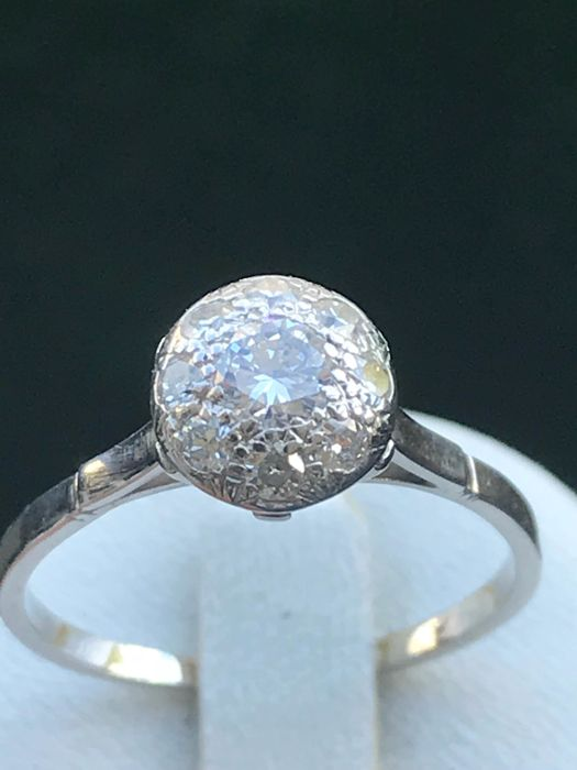 Pretty platinum ring with diamonds totalling 0.73 ct, Top Wesselton