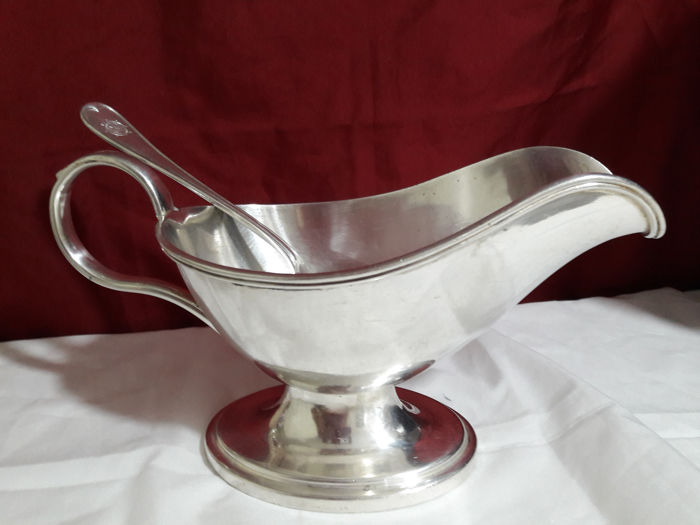 Lot with a silver sauce boat marked Wellner 40 cl 20 plus a spoon marked Hamgurg
