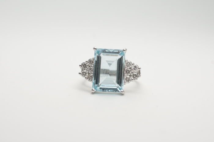 14k Aquamarine (6.23 ct) and Diamond (0,91 ct) Gold Ring. Ring size: 17mm  - No reserve price