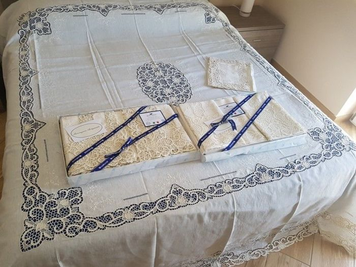 Rich matching set, sheets + bedspread + tablecloth x 12 people, in pure linen with handmade silk thread and Venice Burano embroideries