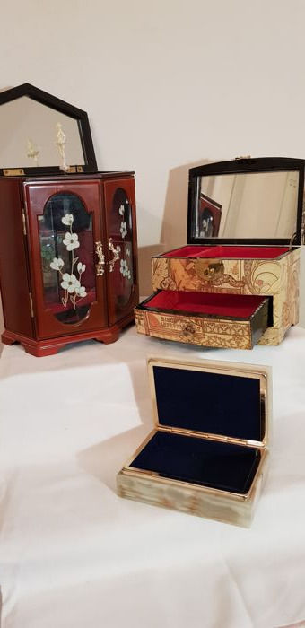 Interesting lot of three jewellery boxes, one of which is a music box with chime, various materials and sizes