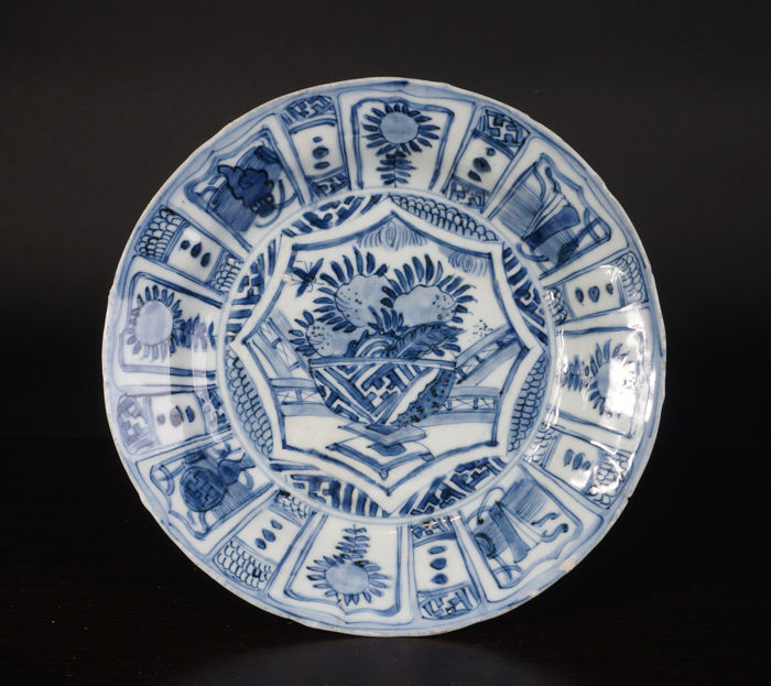 Blue and white porcelain plate with floral decorations - China - 16th century (Wanli period)