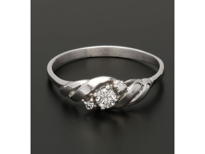 14 kt - White gold ring set with 3 brilliant cut diamonds, approx. 0.20 ct in total - Ring size: 20 mm