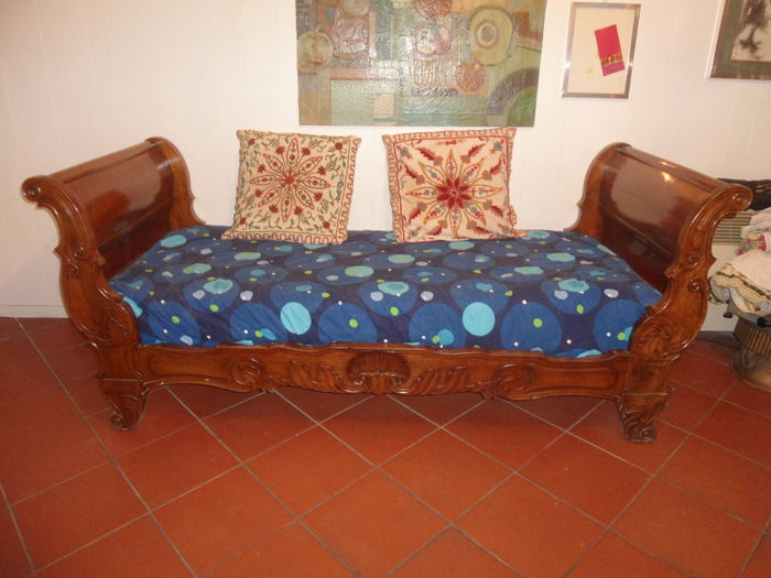 Solid Walnut Sleigh Bed - Sofa Lombardy, Italy, mid-19th century