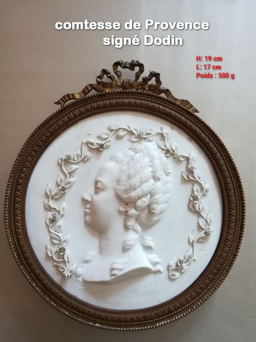 Old portrait medallion in biscuit signed Dodin - Countess of Provence, period end 19th
