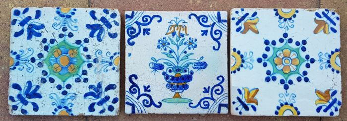 Lot with three multicoloured tiles