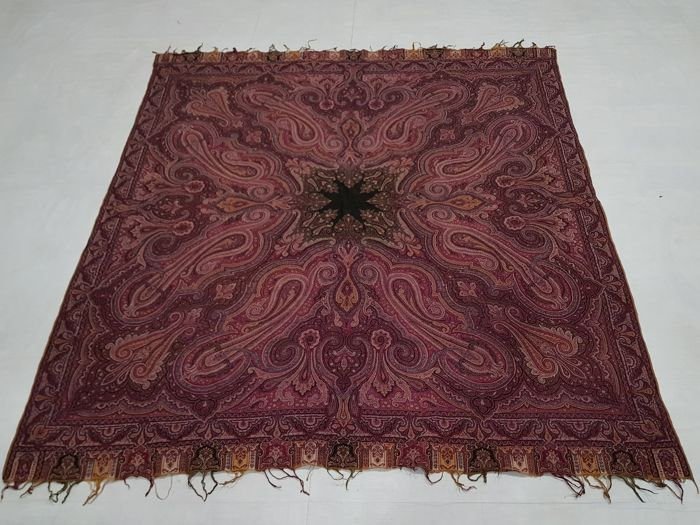 Wool paisley shawl Hand knotted 152 cm x 148 cm.